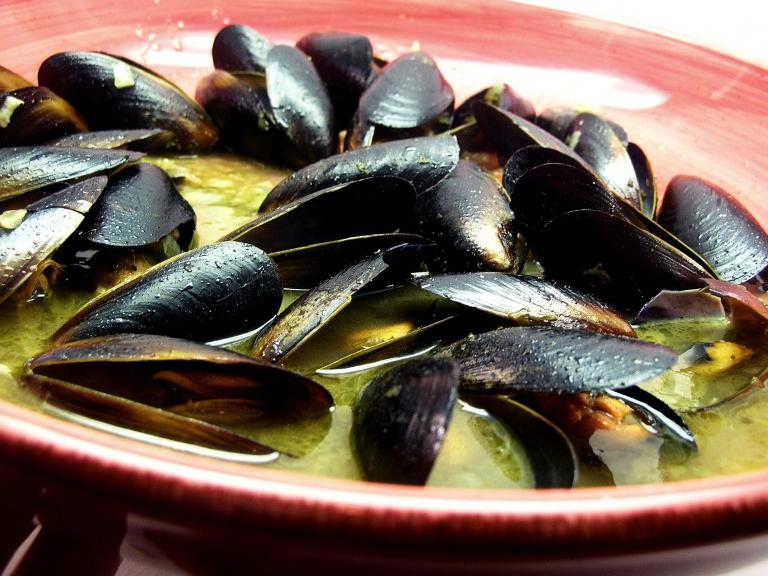 Mussels in White Wine Garlic-Butter Sauce | Tasty Kitchen ...