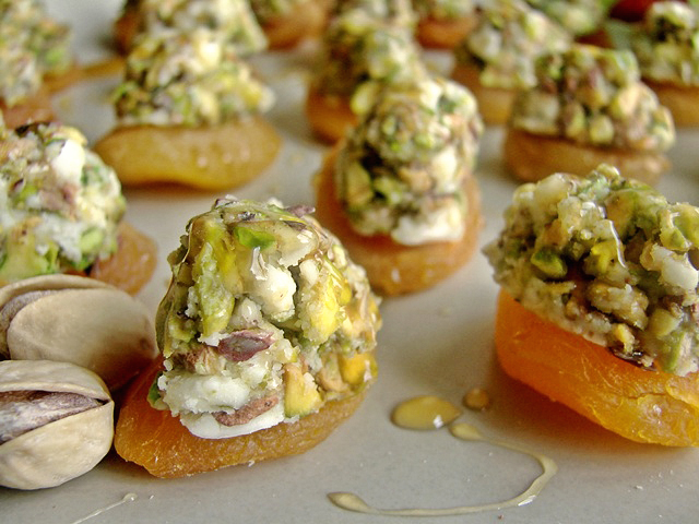 Apricots topped with blue cheese pistachios and honey for Blue cheese canape