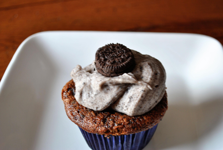 """Рецепт : Шоколадные кексы с печеньем """"Орео"""" и белым шоколадом на"""