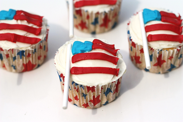 Tasty Kitchen Blog: Flag Day! Guest post by Jaden Hair of Steamy Kitchen (American Flag Cupcakes, from The Celebration Shoppe)