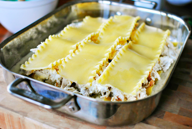 сборка лазаньи с творогом и сыром